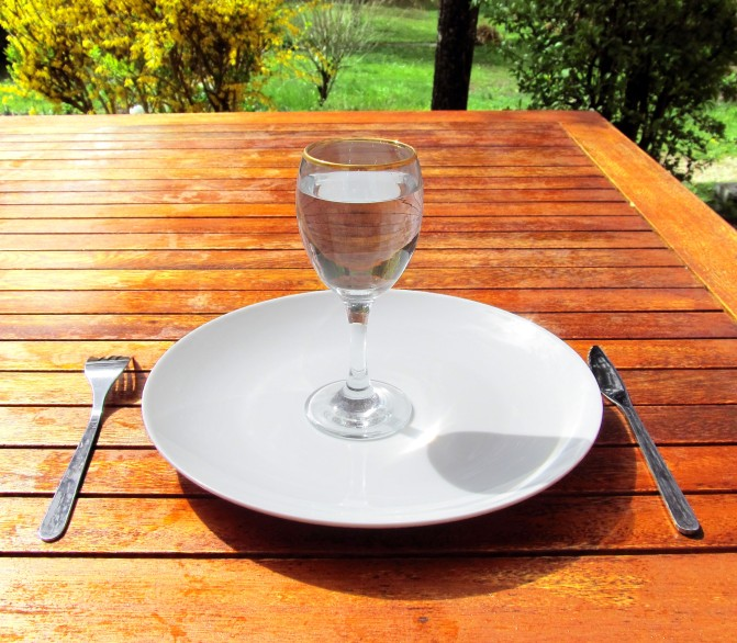 Fasting_4-Fasting-a-glass-of-water-on-an-empty-plate