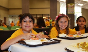 Summer_kids_eat_lunch_saynotofoodwaste_healthy_food_students_-_Flickr_-_USDAgov