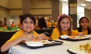 Summer_kids_eat_lunch_saynotofoodwaste_healthy_food_students_-_Flickr_-_USDAgov